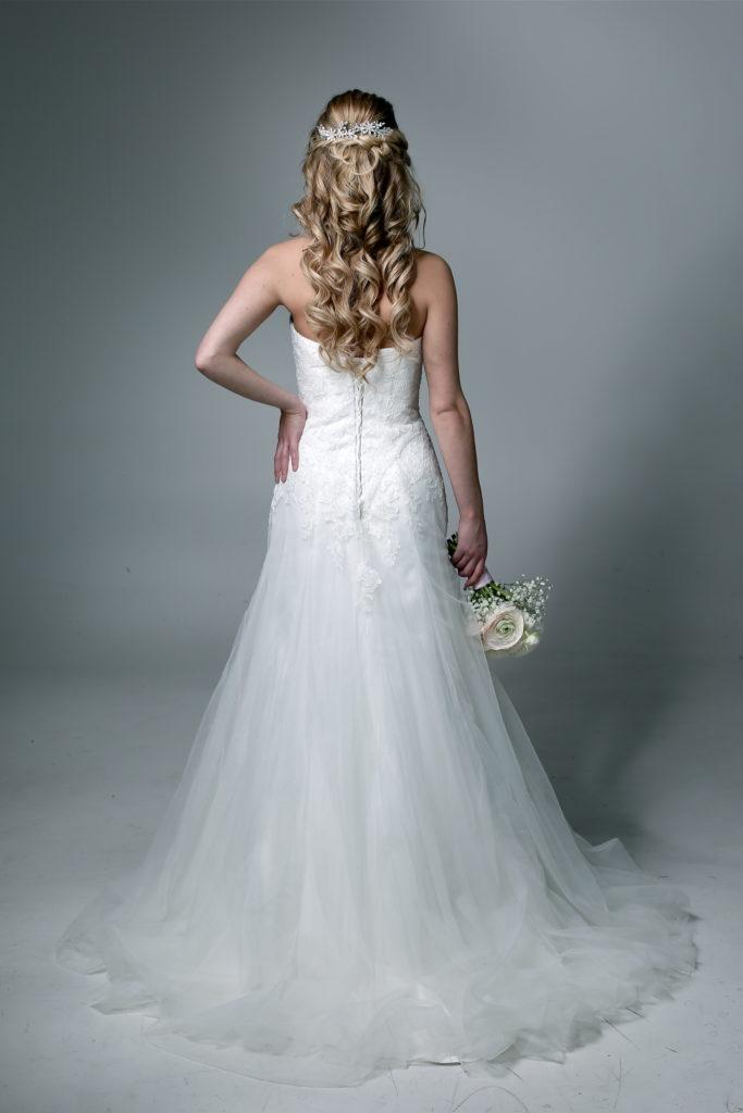 bruidsjurk en bruidskapsel